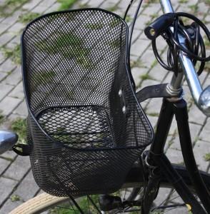 Fahrradkorb am Lenker befestigt
